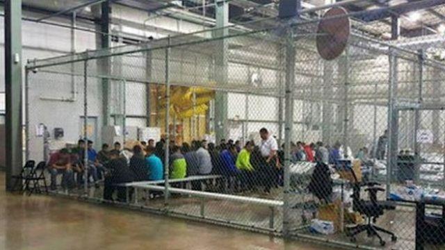 Jaula gigante cheia de imigrantes ilegais