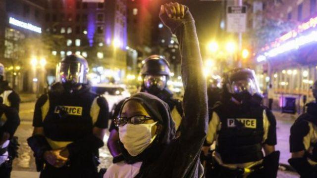 Une manifestante lève la main devant la préfecture de l'Ohio à Columbus (28 mai 2020)