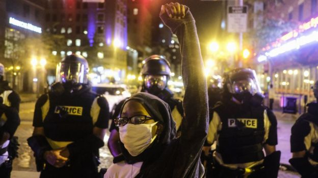 A protester raises her hand outside the Ohio statehouse in Columbus (28 May 2020)