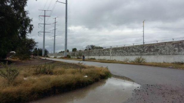 Muro ubicado en el terreno donde se iba a construir la refinería.