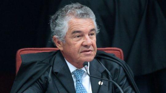 Marco Aurélio Mello aparece de toga e sentado