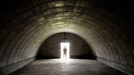 bunker com uma pessoa na porta