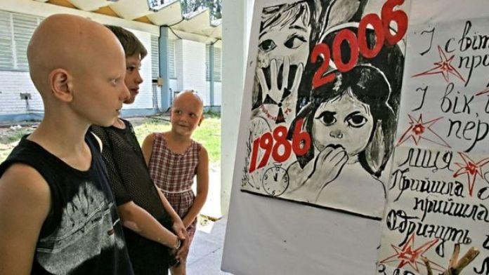 çernobil posteri önünde çocuklar