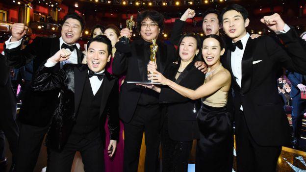 El reparto de Parasite celebra el Oscar
