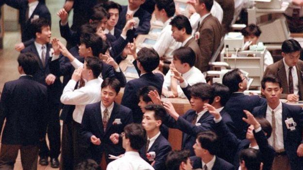 Corredores en la bolsa de Tokio en 1992