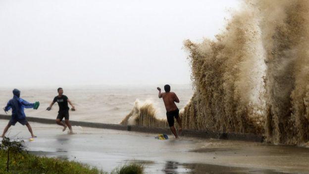أمواج عالية تضرب الشاطئ