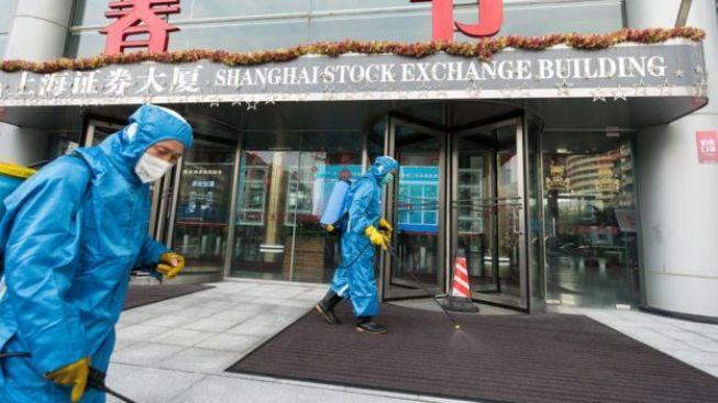 Un désinfectant est pulvérisé à l'extérieur de la bourse de Shanghai