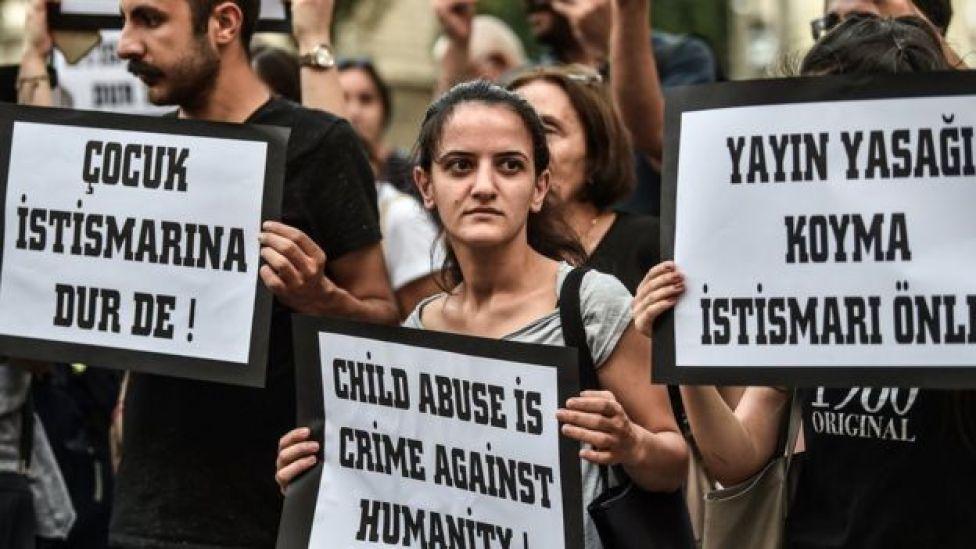 İstanbul İstiklal Caddesi'nde olduğu gibi çocuk istismarına karşı protesto gösterisi yapıldı.