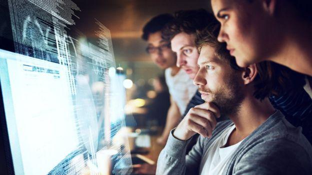 Empregados observado um computador