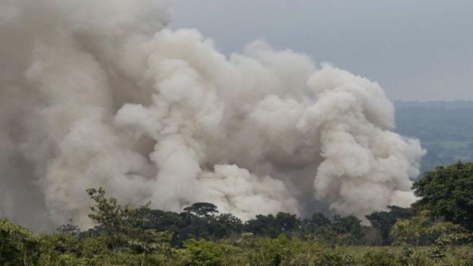 Una columna de humo sobre el Volcán de Fuego