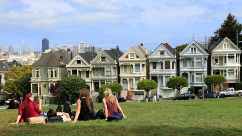 Meninas em frente a casas