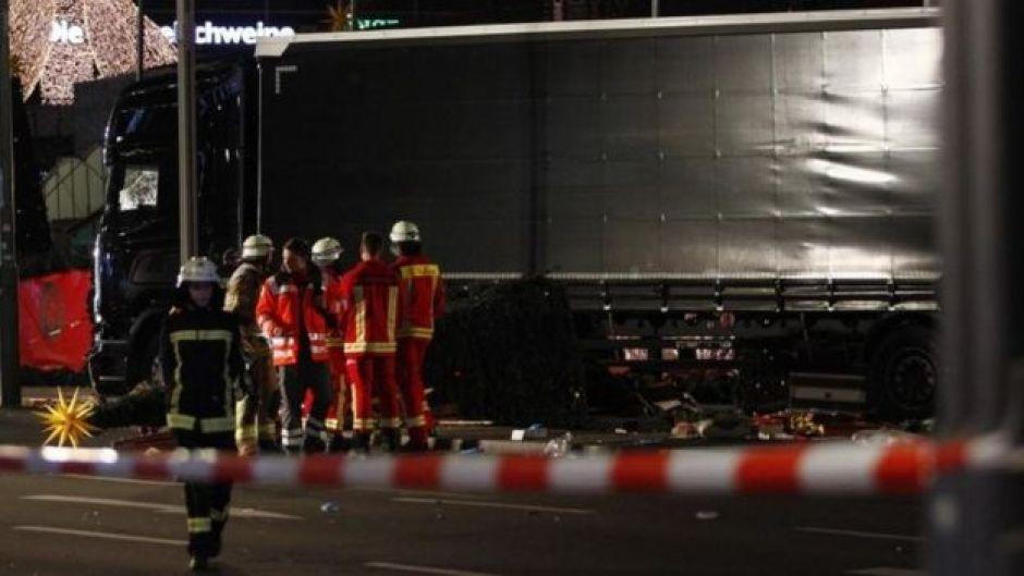 Camión arrolla puestos navideños en Berlín.