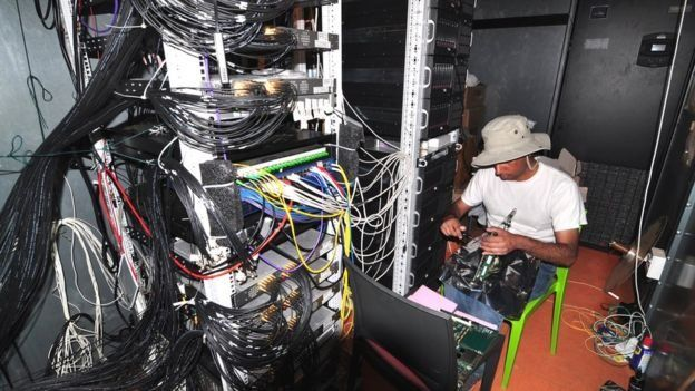 Científico frente a cables y dispositivos del radiotelescopio Hera (Foto: gentileza Aaron Parsons)
