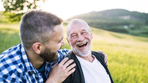 Um homem jovem e seu pai