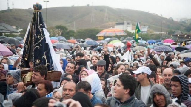Imagem mostra milhares de fieis na cidade de Aparecida em 2013, para acompanhar visita do papa Francisco