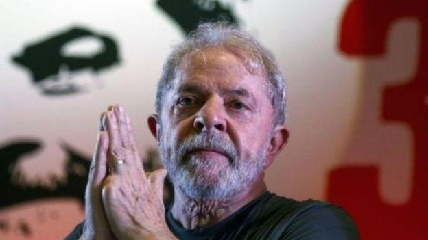 Lula olha para frente durante evento de militância