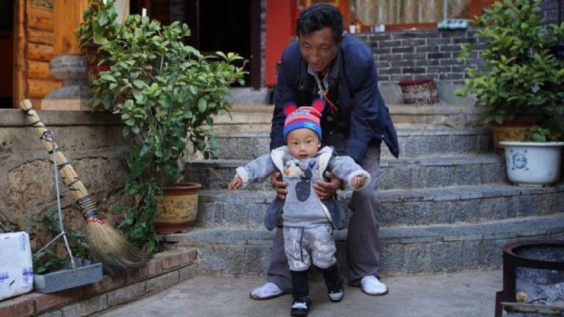 Hombre mosu con niño pequeño.