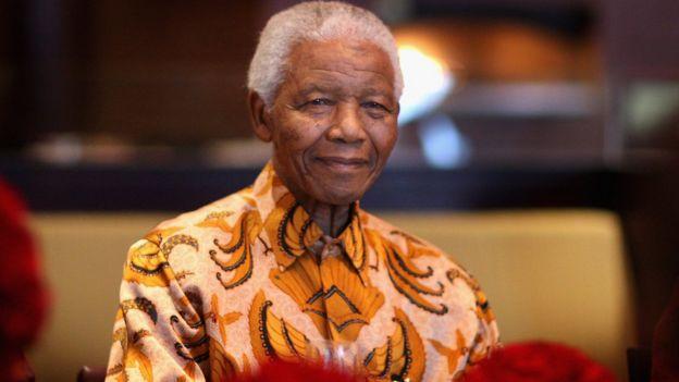 """Nelson Mandela sourit lors d'un déjeuner au profit de la Mandela Children """"s Foundation le 3 avril 2009 au Cap, en Afrique du Sud"""