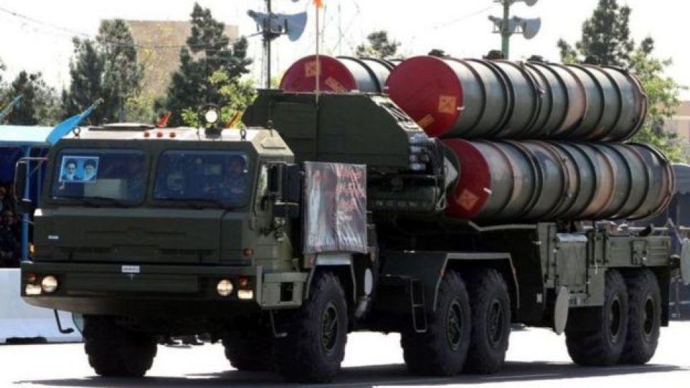 صورة أرشيفية لعرض عسكري إيراني بصواريخ دفاع جوي