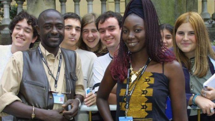 Mansour Sora Wade (à gauche) et l'actrice sénégalaise Nar Sène (à droite), le 23 septembre 2001, lors du 49ème Festival international du film de Saint-Sébastien (Espagne).