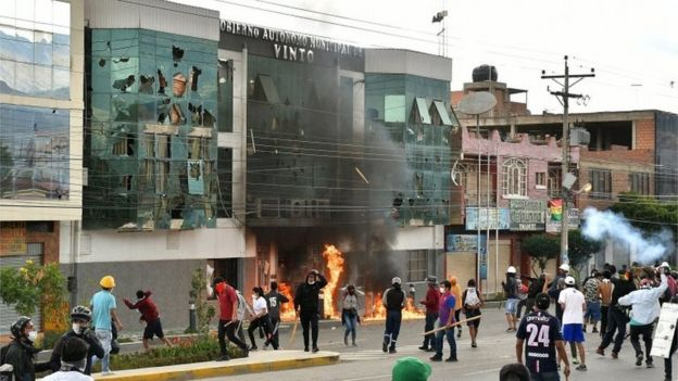 Protesters set fire to the mayor's office in Vinto