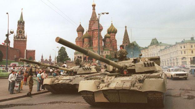 Xe tăng chiếm khu vực gần Cổng Spassky Gate (trái), lối vào Điện Kremlin và Thánh đường St. Basil's hôm 19/8/1991 sau cuộc đảo chính nhằm lật đổ ông Gorbachev. Cuộc đảo chính thất bại vào chiều 21/8 khi Bộ Quốc phòng ra lệnh cho lính rút khỏi Moscow