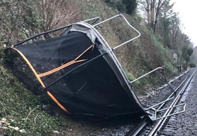 Trampolina dmuchana na linię kolejową