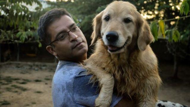 Rakesh Shukla con su primer perro, Kavya