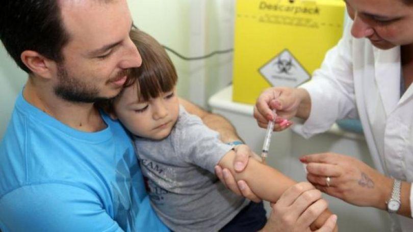 Criança toma vacina