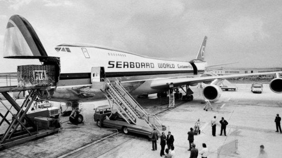 La parte delantera del 747 se abre lo que permite que pueda ser cargado con facilidad.