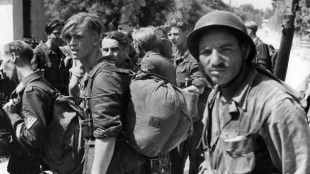 Prisioneros alemanes custodiados por un soldado argelino en el sur de Francia.