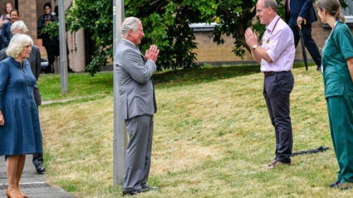 """El príncipe Carlos saludó a los trabajadores del NHS con un """"namaste"""" socialmente distanciado"""