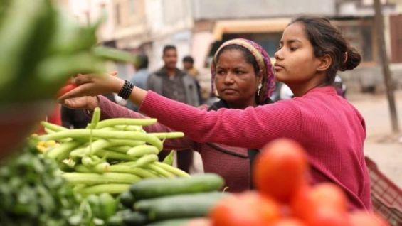 Monika y su madre en el mercado (Foto: Peter Leng / Neha Sharma)