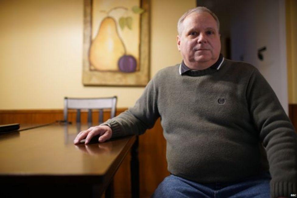 Jim McCants sentado en una mesa de su casa.