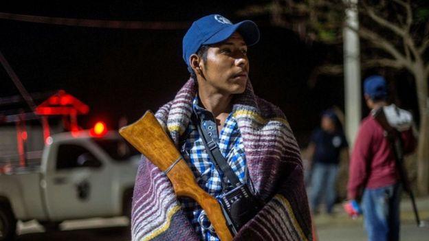 Un miembro de un grupo civil armado monta guardia en Tlacotepec, Guerrero