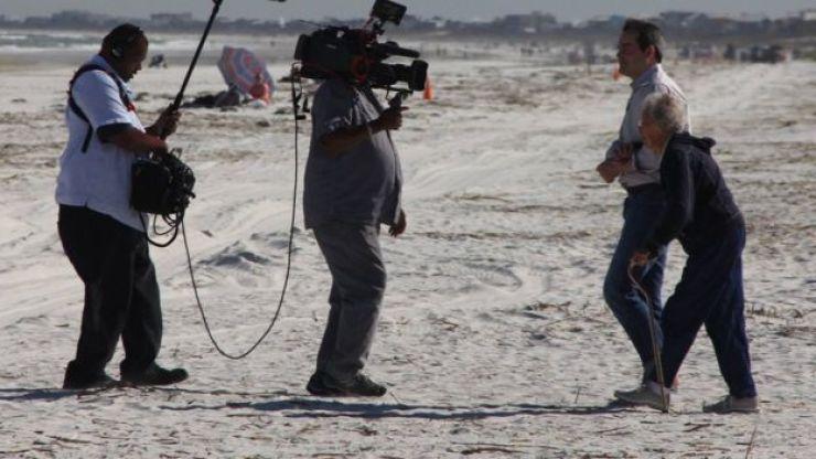 Norma sendo entrevistada por uma equipe de TV