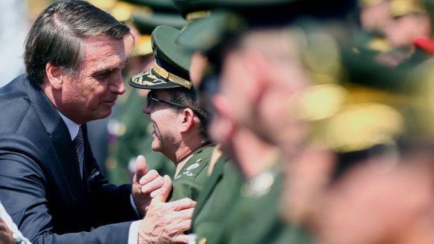 Jair Bolsonaro con miembros del ejército.