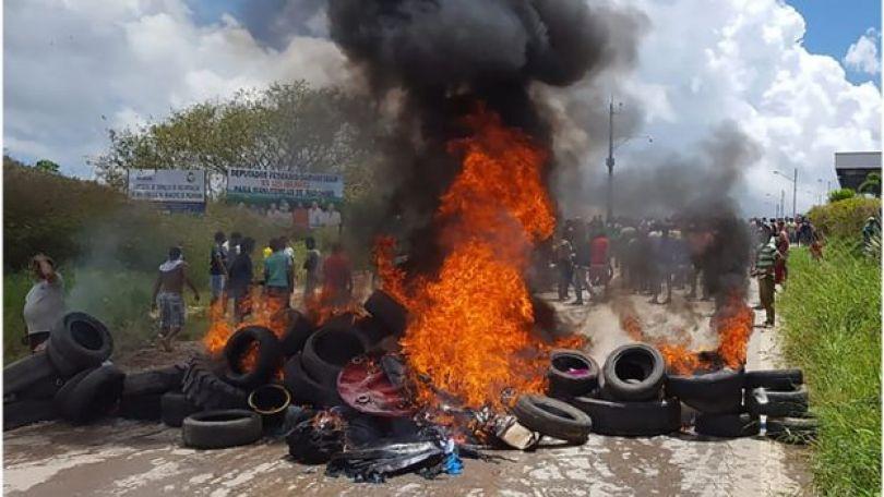 Incêndio em pneus em Pacaraima