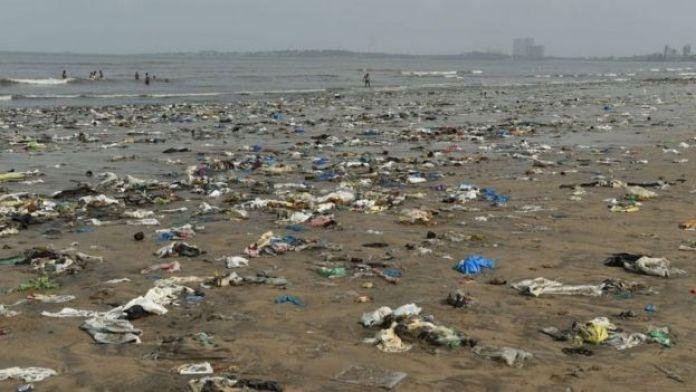 Praia em Mumbai cheia de lixo