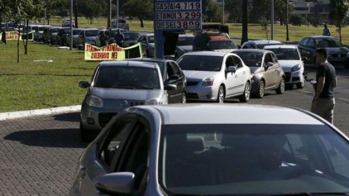 Fila em posto de combustível em Brasília nesta quinta-feira
