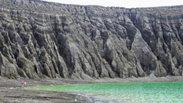 Penhascos ao redor da cratera da nova ilha do Pacífico