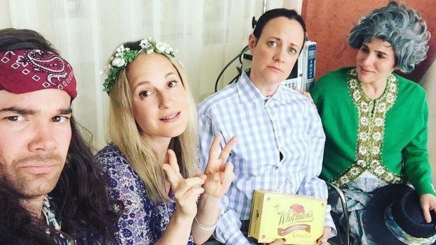 Karen y sus amigos disfrazados de los personajes de Forrest Gump.