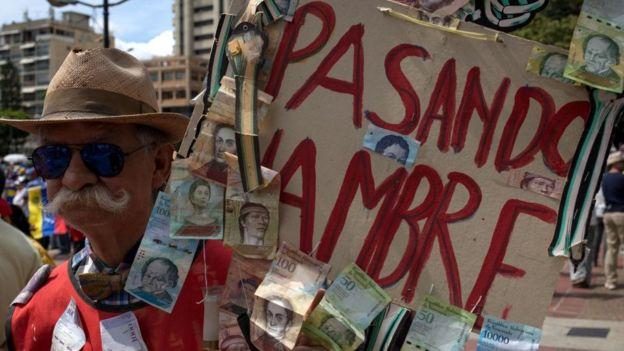 Homem protesta contra a fome na Venezuela