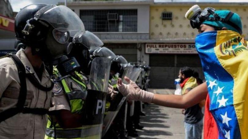 Policías se enfrentan a manifestantes en Venezuela.