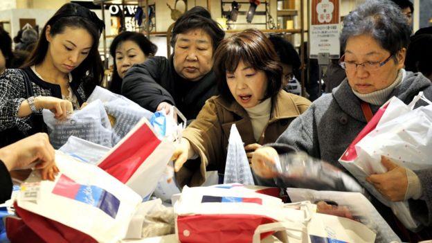 Consumidores escogiendo bolsas sorpresa