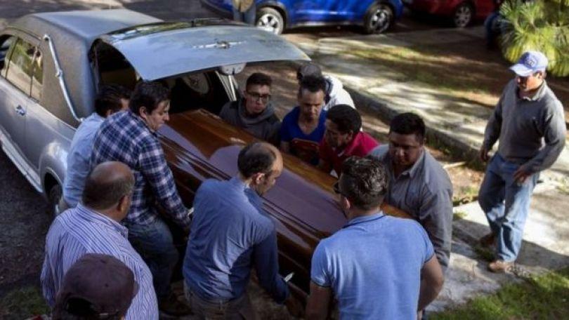 O caixão de Fernando Ángeles Juárez sendo carregado por parentez no México
