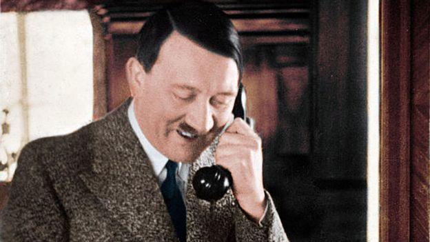 Hitler hablando por teléfono