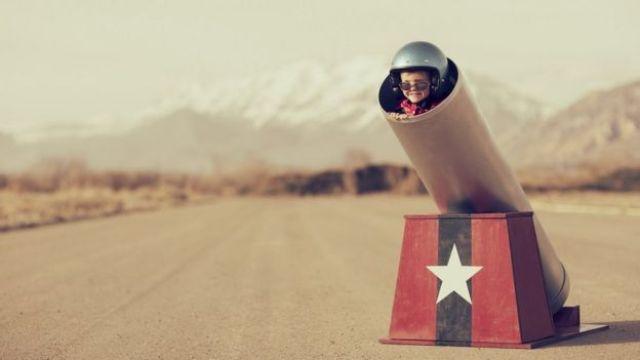 Imagem conceitual: menino dentro de canhão