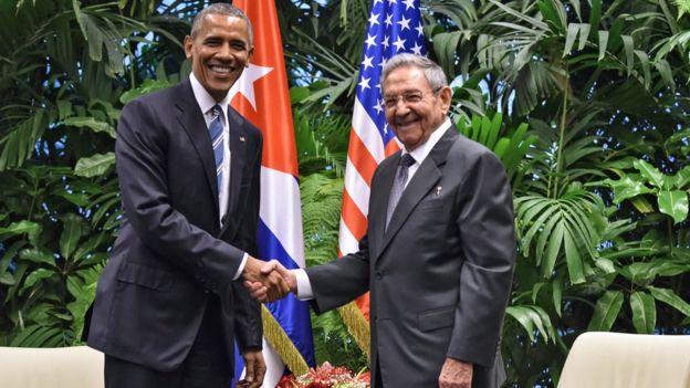 Barak Obama ve Raul Castro'nun el sıkışması.
