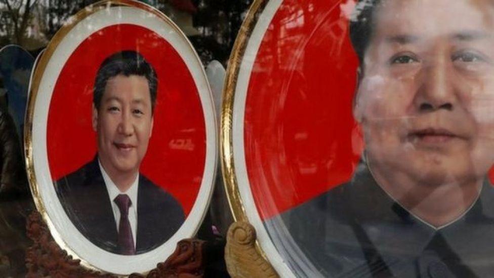 Placas de recuerdo con imágenes del fallecido presidente chino Mao Zedong y del presidente chino Xi Jinping.